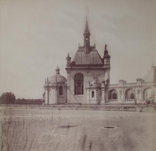 [La chapelle de Chantilly vue de la terrasse]