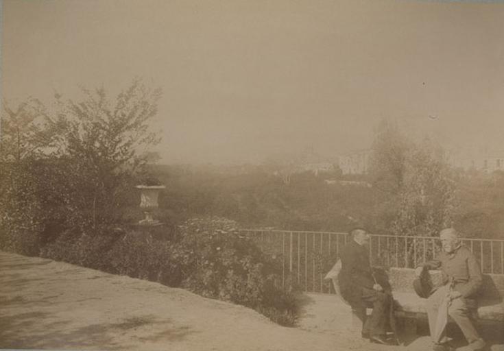 Le marquis de Bouillé et Monsieur Guérin sur le banc du roi. Villa d'Orléans. Palerme. 4 avril 1885. 223_0