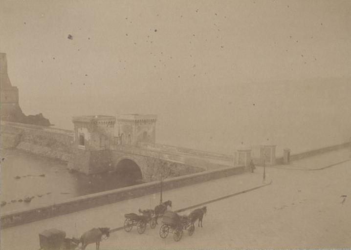 Entrée du château de l'Oeuf. Naples. 31 mars 1885_0
