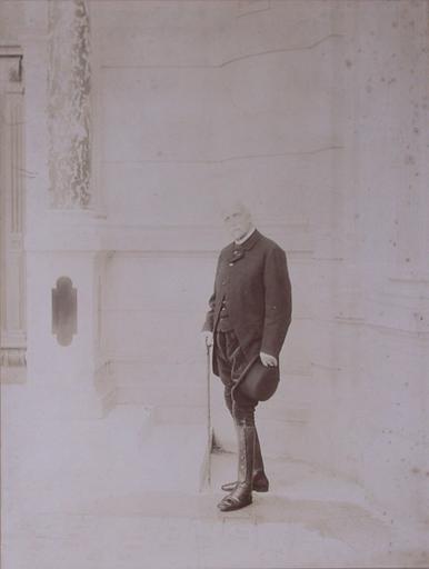 Portrait du duc d'Aumale (1822-1897), tête nue, dans la cour du grand château, en 1896_0