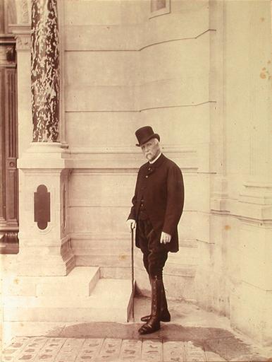 Portrait du duc d'Aumale (1822-1897), la tête couverte, dans la cour du grand château, en 1896_0