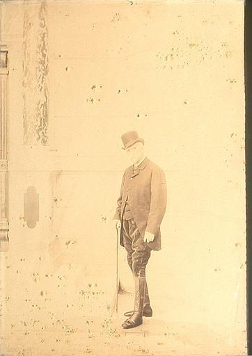 Portrait du duc d'Aumale (1822-1897), la tête couverte, dans la cour du grand château, en 1896