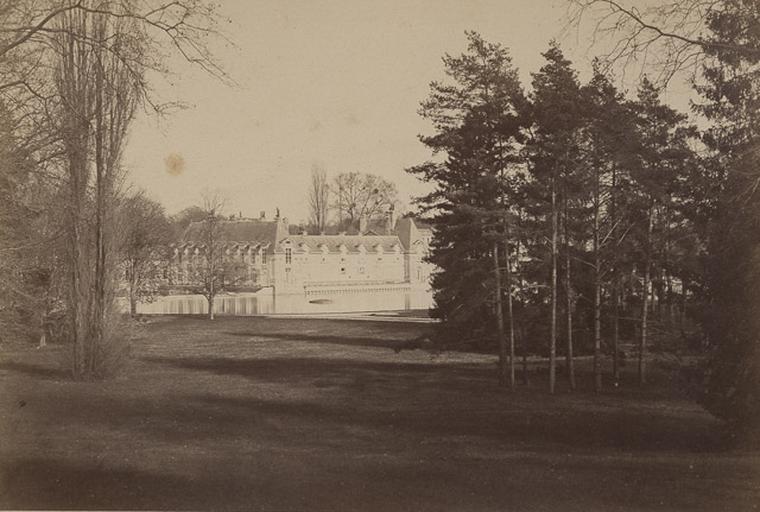 [Chantilly : le châtelet vu du Jeu de Paume en 1872]_0