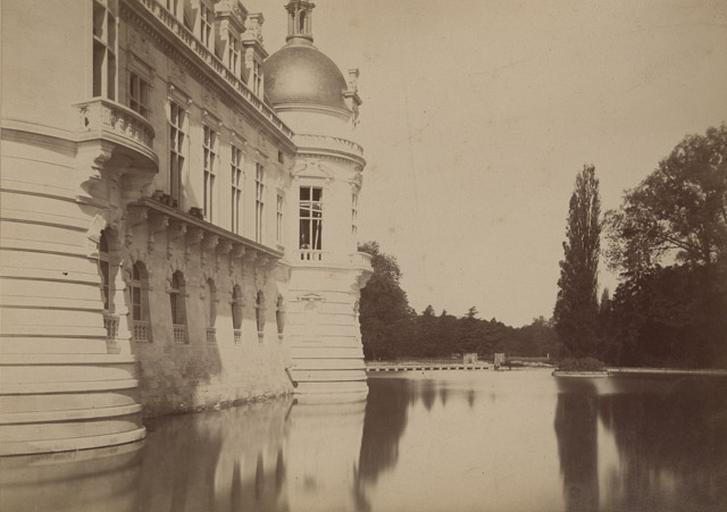 [Chantilly : le grand château vu des fossés]