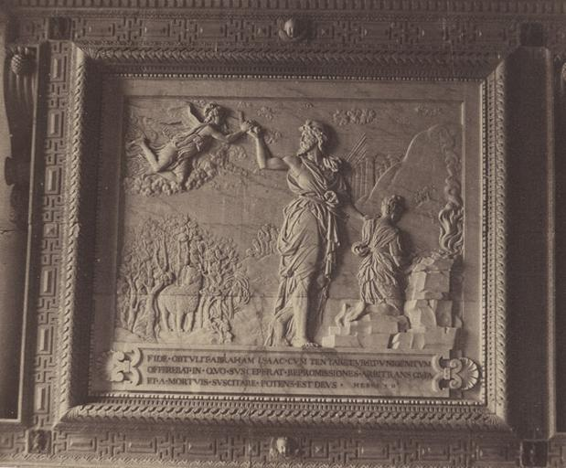 La chapelle : bas-relief du maitre-autel