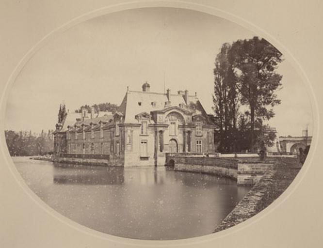 Château vu de la grille d'honneur_0