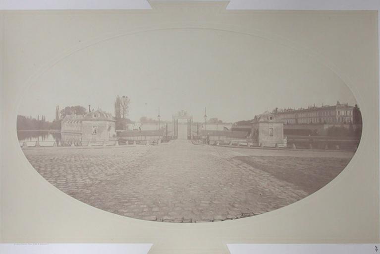 La grille d'honneur avec le petit château et le château d'Enghien