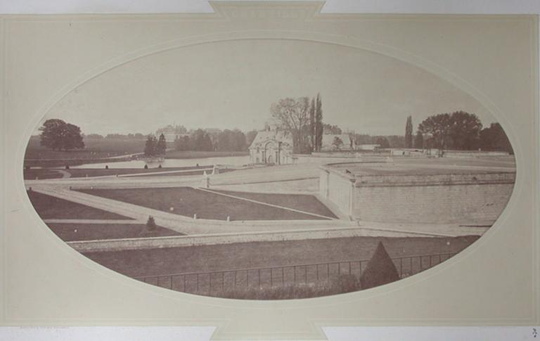 Les Grandes Ecuries : le petit château et la rampe du Connétable vus de la terrasse d'Enghien