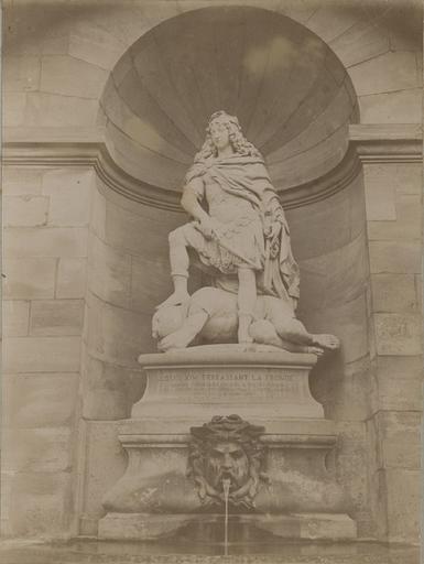 La statue de Louis XIV terrassant la Fronde. Chantilly. Cour de la Capitainerie