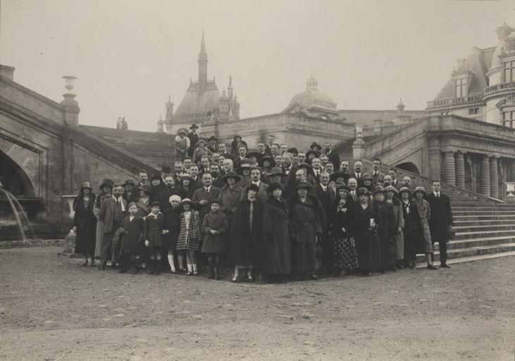 Groupe posant devant le grand degré, jardin de Chantilly_0