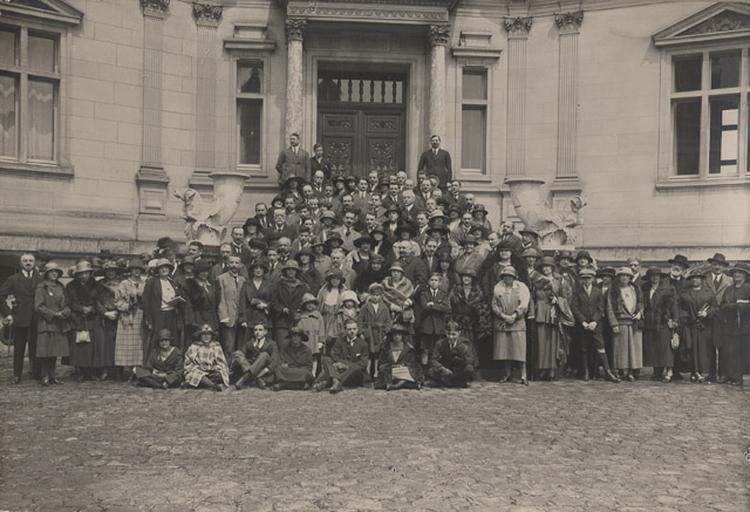 Groupe posant dans la cour d'honneur du château de Chantilly