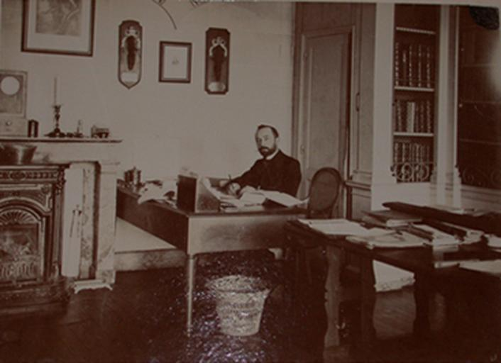 Gustave Macon dans la salle de lecture du château de Chantilly