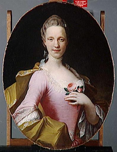PORTRAIT DE FEMME TENANT UNE ROSE