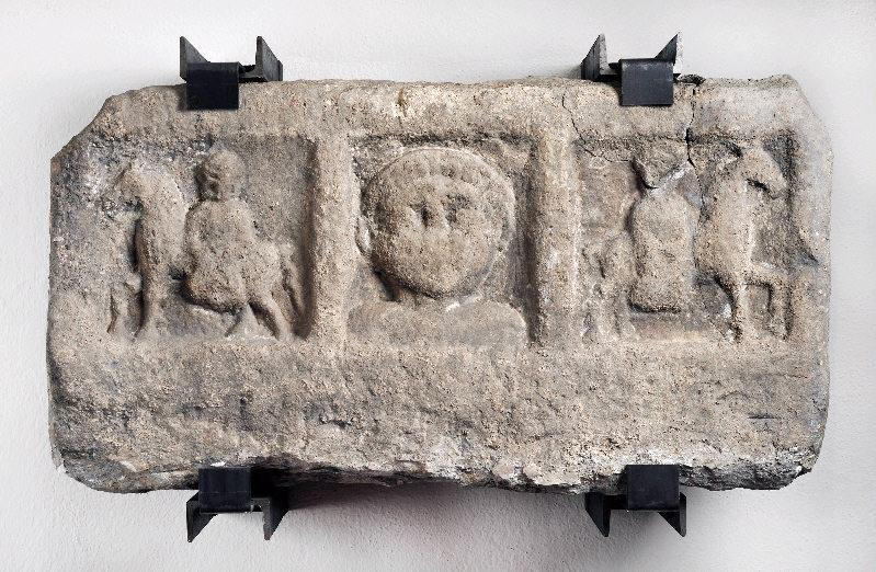 Stèle de Mercure et deux Epona_0