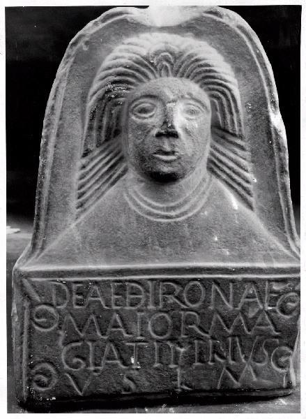 Stèle dédiée à Sirona_0