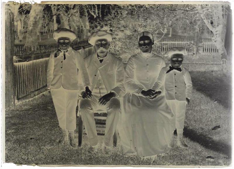 ARNAUDIN Félix (photographe) : Portrait de famille, femme née Ferran, Bertrand Tastes et son épouse Jeanne (née Ferran) avec leurs deux fils Jean (l'ainé) et Joseph. (titre attribué)