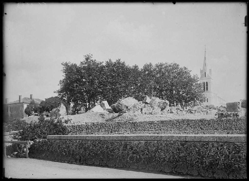 Blocs de l'église démolie - Pissos (Landes) (Titre attribué)_0