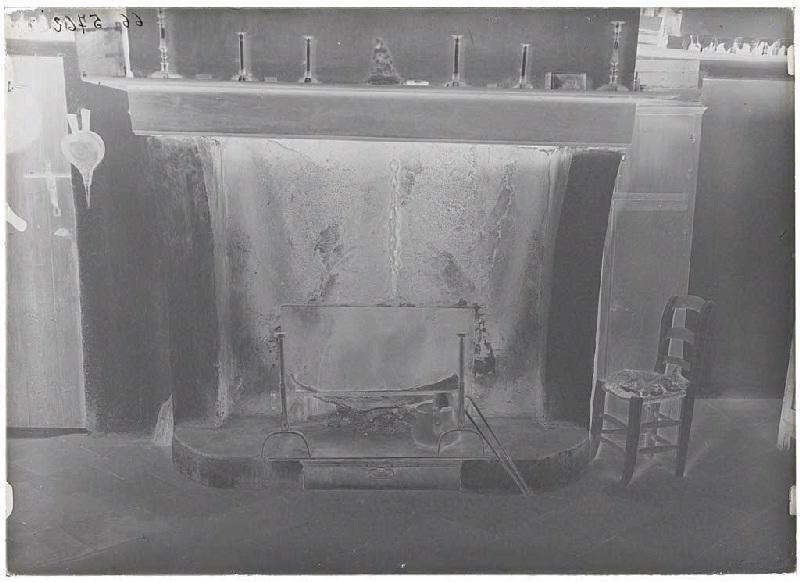 ARNAUDIN Félix (photographe) : Chatte d'Arnaudin morte, près du feu - Labouheyre (Landes d) (Titre attribué)