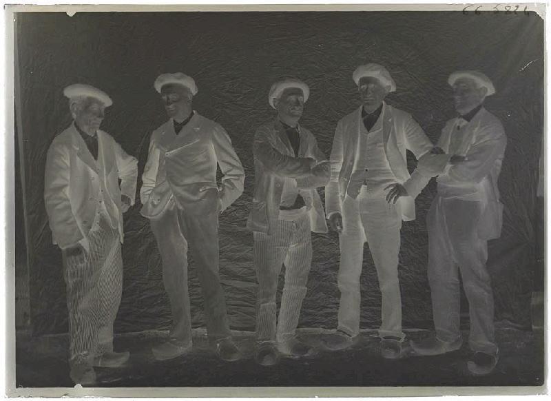 Groupe hommes, à Grué, à Lüe, Nord maison Barbe ; Groupe d'hommes - Grué, Lüe (Titre attribué)_0