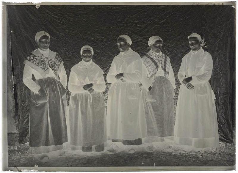 Groupe de femmes, vieilles, à Grué, à Lüe ; Groupe de femmes âgées, Grué, Lüe (Titre attribué)_0