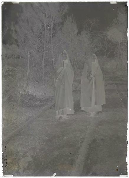 Maria Masseys et Berthe Ducout avec la capule - Lüe (Landes d) (Titre attribué)_0