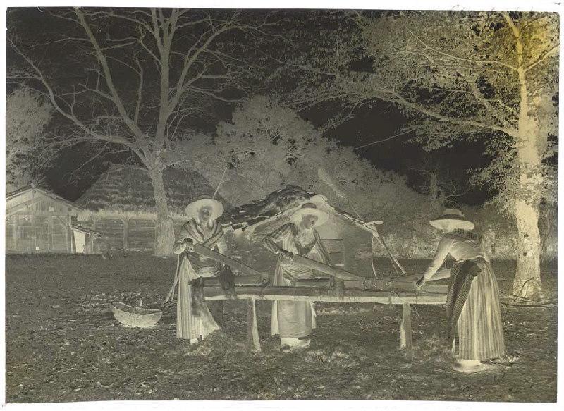 Bargayres à Lapoussade, du S.E. Marie, Jeanne, Catinoun ; Bargayres, scène de teillage - Janoutrac (Commensacq) (Titre attribué)_0