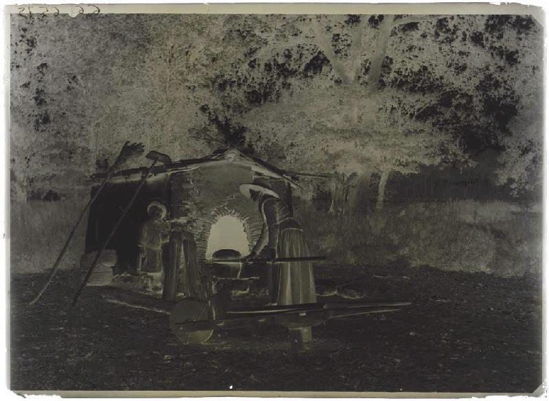 ARNAUDIN Félix (photographe) : Femme devant un four à pain