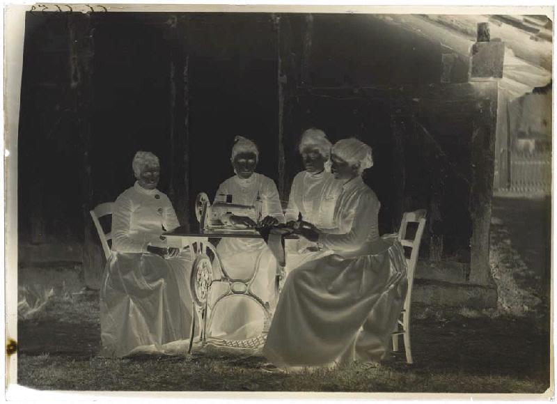 Femmes autour d'une machine à coudre_0