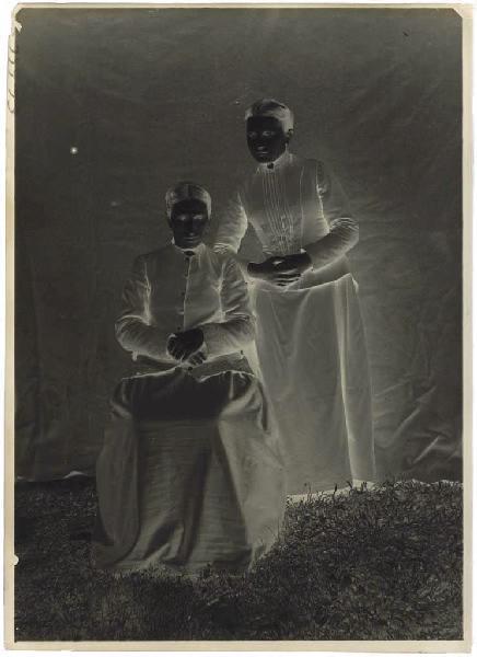 Portrait en pied de deux femmes_0