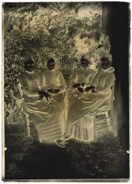 Femmes assises dans un jardin_0
