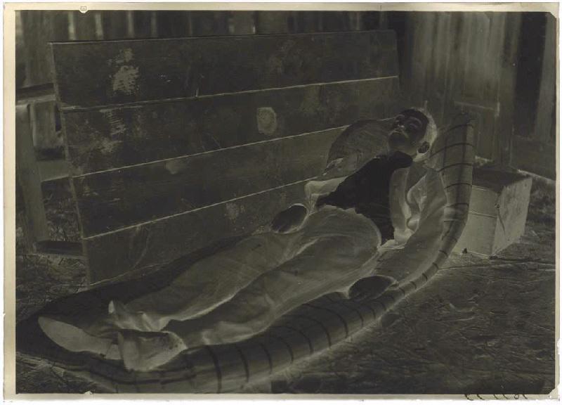 ARNAUDIN Félix (photographe) : Le suicidé du Bouchon, Homme endormi (titre attribué)