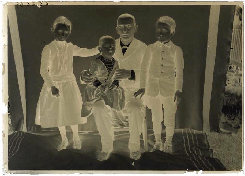 Chéri Ipoustéguy et ses enfants ; Portrait de famille (titre attribué)_0