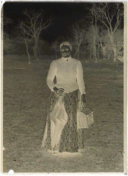 Femme avec ombrelle et panier_0