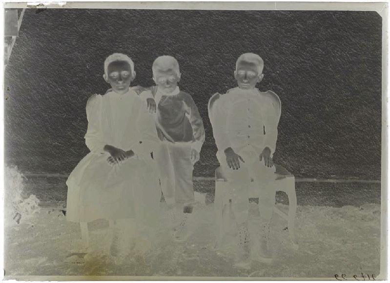 Trois enfants dans un pré_0