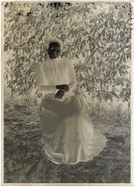 Femme assise devant un acacia (Voir aussi n° 66.27.2526 (pas la même personne mais même lieu))_0