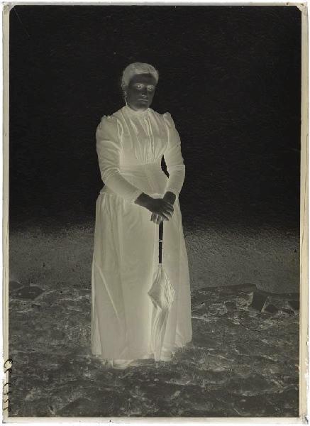 ARNAUDIN Félix (photographe) : Femme avec ombrelle (Voir n° 66.27.2566)