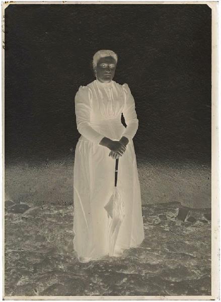 Femme avec ombrelle (Voir n° 66.27.2564)_0