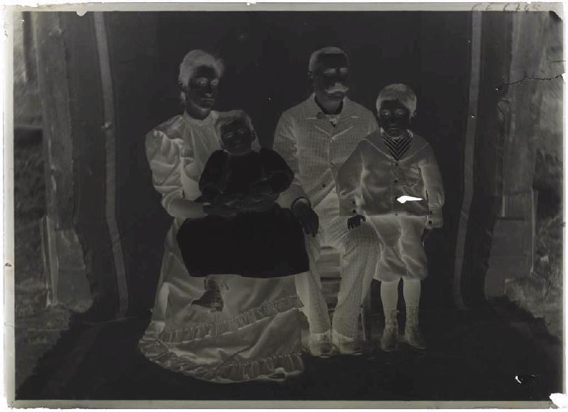 Portrait de famille (Voir cliché n° 66.27.2584)_0
