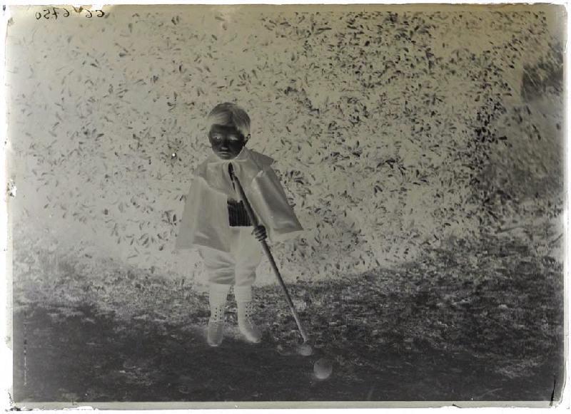 Garçonnet jouant au croquet_0