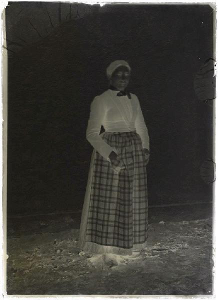 ARNAUDIN Félix (photographe) : Femme au tablier