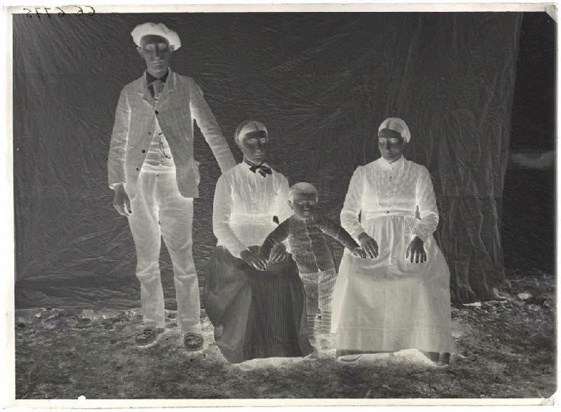 Portrait de famille (Voir cliché n° 66.27.2612)_0