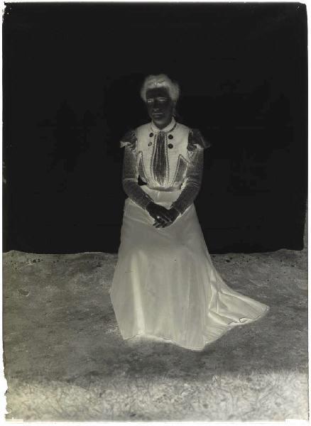 ARNAUDIN Félix (photographe) : Femme assise (Voir cliché n° 66.27.2644)