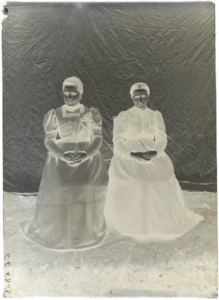 Femmes assises (Voir cliché n° 66.27.2642)_0