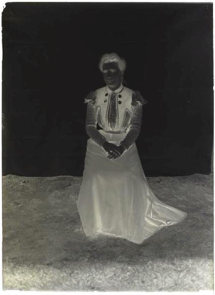 ARNAUDIN Félix (photographe) : Femme assise (Voir cliché n° 66.27.2640)