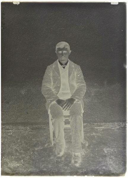 Homme assis (Voir cliché n° 66.27.2646 (famille de l'homme))_0