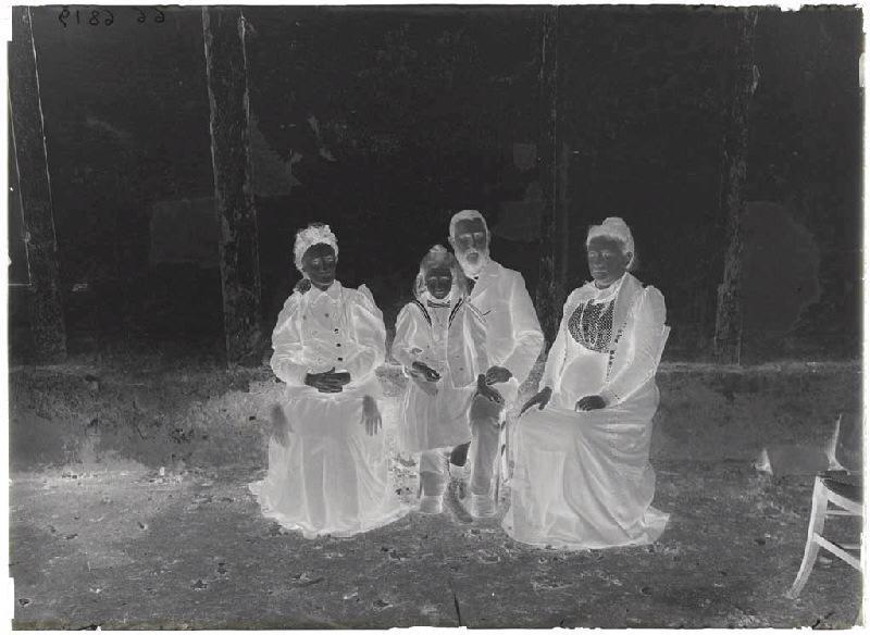 Portrait de famille (Voir clichés n° 66.27.2658 et 2659.)_0