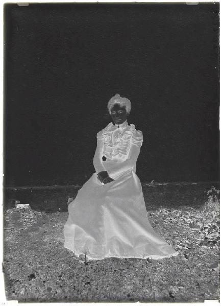 Femme assise (Voir cliché n° 66.27.2660 et 2662)_0