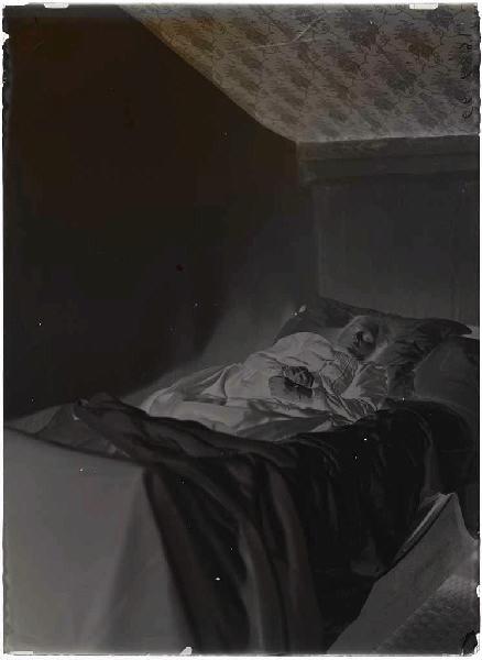 ARNAUDIN Félix (photographe) : Ma pauvre bonne Marie, Marie sur son lit de mort (titre attribué)