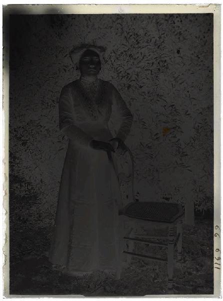 DOURTHE Jean-Marie (photographe, attribué à) : Femme debout