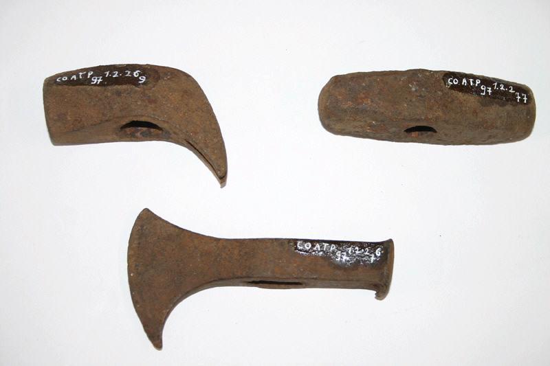 anonyme : marteau, hachette, fer
